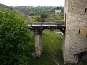 Podul de acces spre poarta principală a Cetății Hotinului